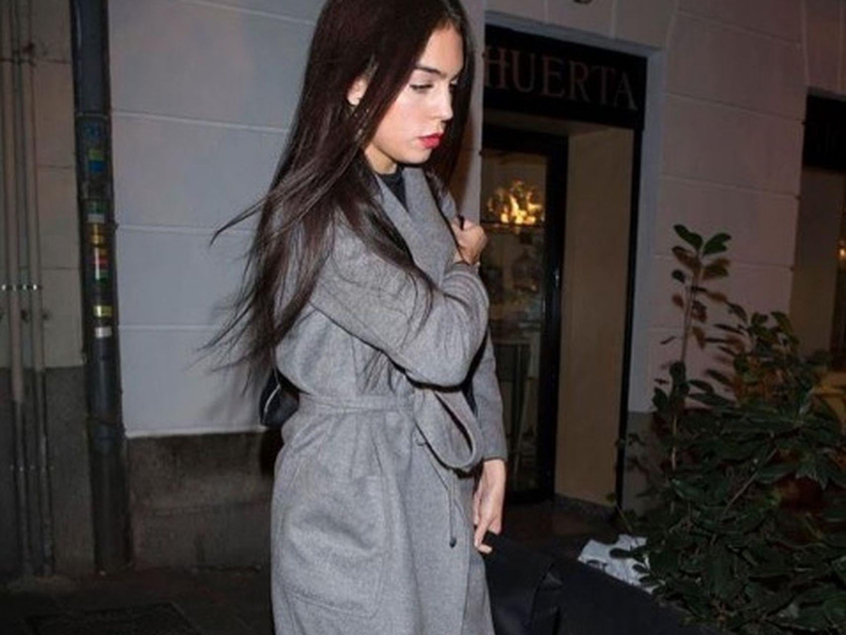 Georgina saliendo del trabajo.