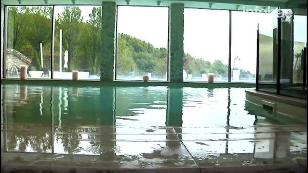 La piscina del hotel en los Alpes que quedó sepultado por la nieve