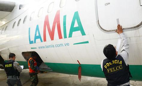 Un oficial de la Policía precinta uno de los aviones de la empresa LaMia en el hangar de la FAB. Foto: Fernando Cartagera