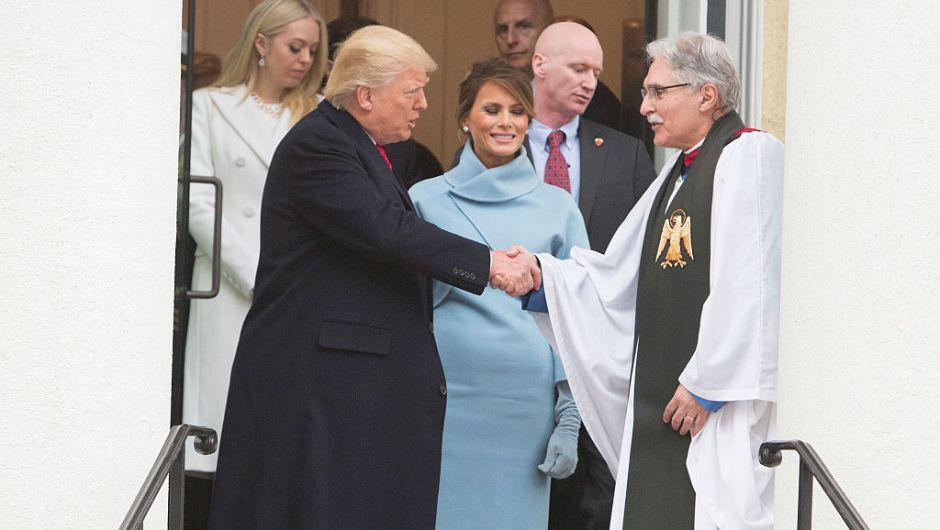 Trump y su esposa Melania, saludan al reverendo Luis León al salir del servicio religioso en la catedral St. John de Washington. (Crédito: Chris Kleponis - Pool/Getty Images)