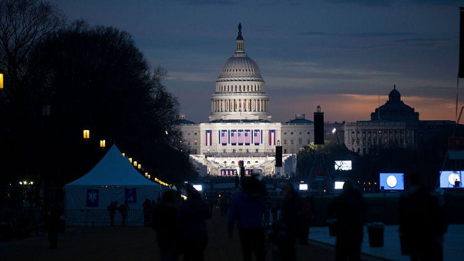 Banderas de Estados Unidos adornan el frente del Capitolio Nacional donde Trump hará el juramento hacia el medio día de este viernes. (Crédito: Alex Wong/Getty Images)