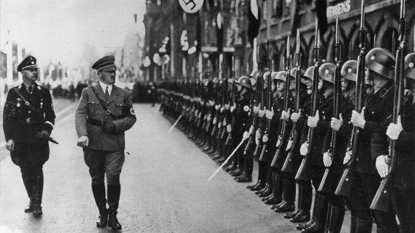 El genocida Adolf Hitler pasa revista de sus tropas