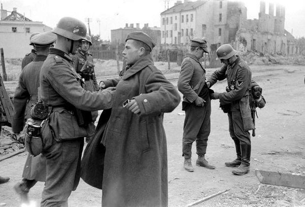 Soldados alemanes requisan a polacos durante la invasión de Adolf Hitler a Polonia