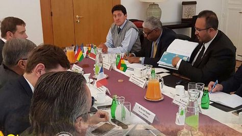 El ministro de Obras Públicas, Milton Claros, con autoridades de Francia