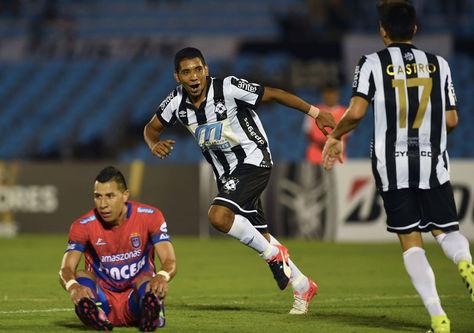 Cristian Palacios, de Wanderers, celebra su gol en el Centenario de Montevideo.