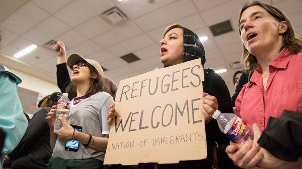 Varias personas quedaron varadas en aeropuertos del mundo por el veto de Trump (Reuters)
