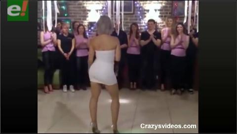 Una jefa sorprende con sensual baile a sus trabajadores en una fiesta