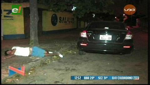 Ebrio choca su vehículo y se duerme en la acera