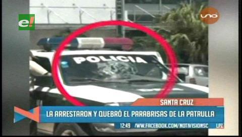 La arrestaron y quebró el parabrisas de la patrulla