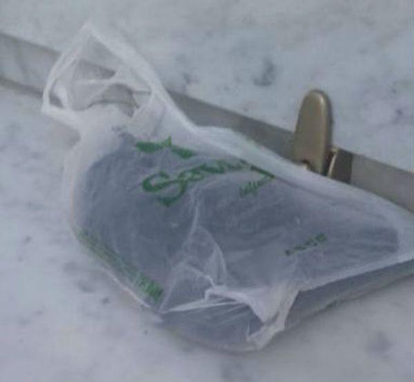 El arma del asesino, encontrada sobre la tumba de la mujer
