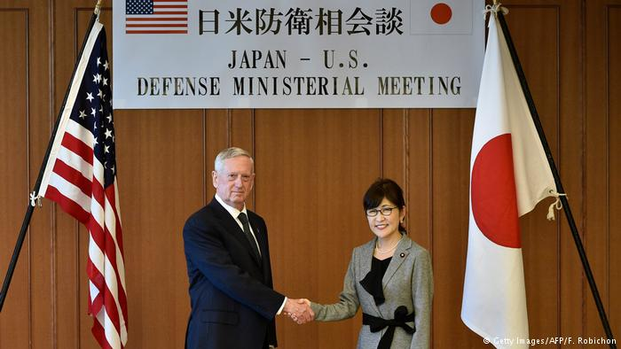 James Mattis, secretario de Defensa de Estados Unidos, junto a Tomomi Inada, su homóloga japonesa. (Getty Images/AFP/F. Robichon)