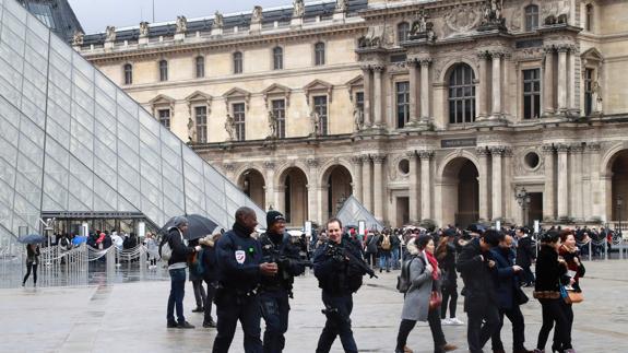 La Policía registra el exterior del museo del Louvre en París.