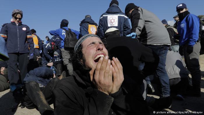 Westjordanland Räumung der Siedlung in Amona durch Polizei (picture alliance/dpa/AP/T. Abayov)