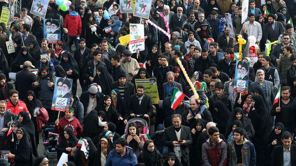 Manifestantes exhibieron pancartas contra Trump, Netanyahu y May (AP)