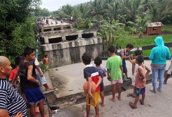 Puente que se derrumbó a causa del terremoto. (REUTERS)