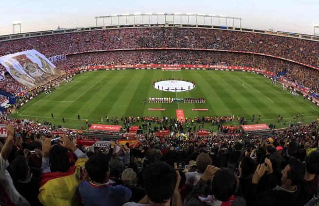 Los jugadores del Sevilla y del Barcelona escuchan el himno nacional antes de comenzar la final de la Copa del Rey de 2016 en el Calderón. (EFE)