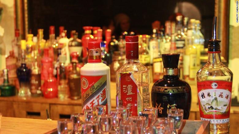 Cuatro tipos de baijiu que se venden en el bar Capital Spirits, desde el más suave hasta el más fuerte. De izquierda a derecha, el baijiu de aroma de arroz Guilin Sanhua, el baijiu de aroma ligero Fenjiu, el baijiu de aroma fuerte Luzhou Laojiao y el baijiu de aroma de salsa Moutai Prince.