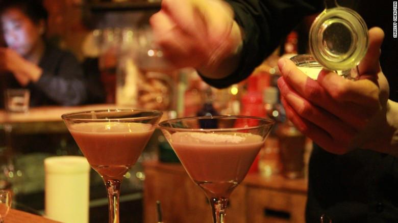 Un barman en Capital Spirits prepara un coctel a base de baijiu llamado