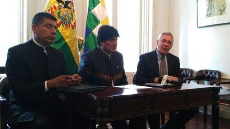 El canciller Fernando Huanacuni (izq.), el presidente Morales (cen) y el agente Eduardo Rodríguez Veltzé en conferencia de prensa en La Haya. Foto: Bolivia TV
