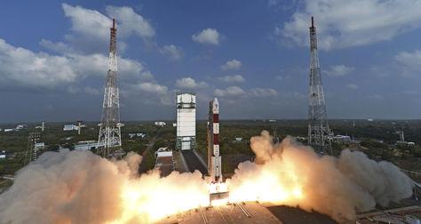 Fotografía cedida por la Organización de la Investigación Espacial de la India (ISRO) que muestra el momento del lanzamiento de un cohete con 104 satélites mediante un vehículo polar PSLV-C37 desde una plataforma en la base de Sriharikota, en el estado suroriental de Andhra Pradesh (India).