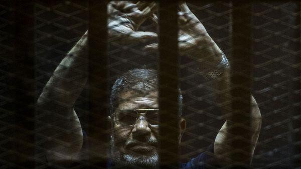 Imagen del ex mandatario egipcio Mohamed Mursi en prisión (AFP)