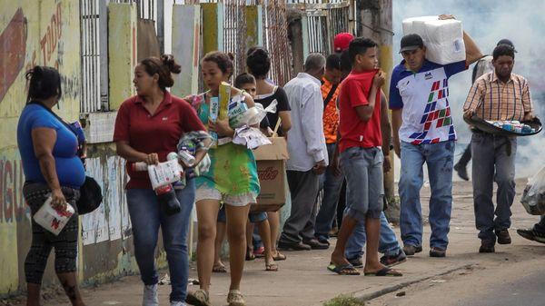 Los problemas de abastecimiento, los saqueos y la alta inflación en Venezuela aumentaron la cantidad de migrantes hacia Uruguay y otros destinos (Reuters)