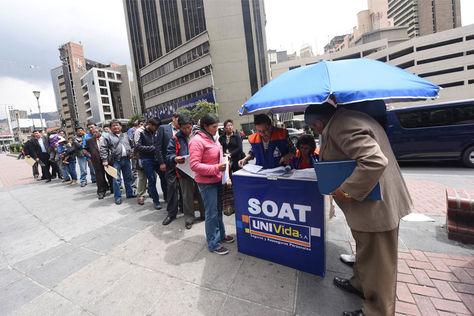 Personas hacen fila para adquirir el SOAT 2017. Foto: La Razón