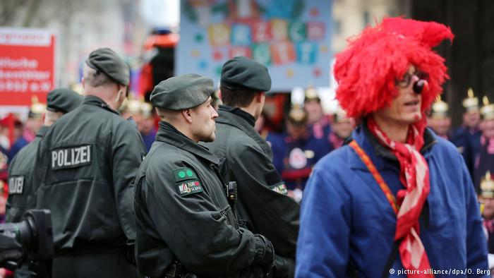 Sicherheit im Karneval (picture-alliance/dpa/O. Berg)