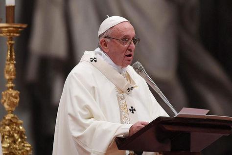 El papa Francisco oficia una misa en San Pedro en el Vaticano.