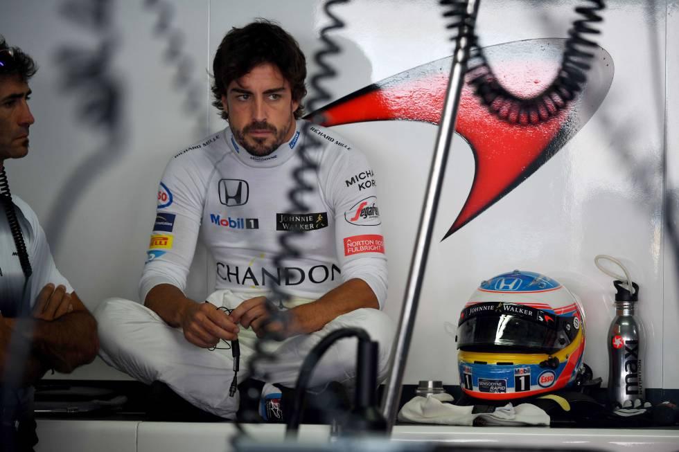 Fernando Alonso en el paddock, durante la última temporada.