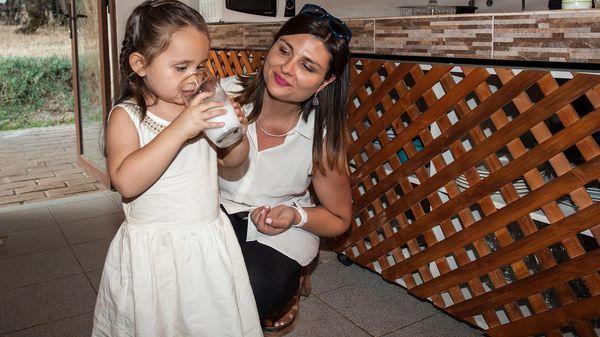 Fiorella es una de las niñas que pudieron superar sus dificultades gracias a la leche de burra (AFP)
