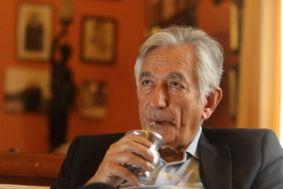 El gobernador Alberto Rodríguez Saá tomando mate.