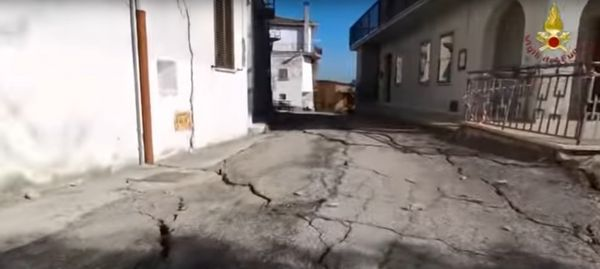 Un drone de los bomberos italianos recorrió las calles del pequeño pueblo de 200 habitantes