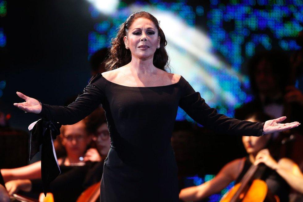 La cantante española Isabel Pantoja en un momento de su actuación durante la 58º edición del Festival internacional de la canción de Viña del Mar (Chile).