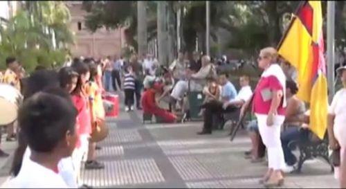 Una mujer instruye a un grupo de niños con mensajes críticos al gobierno de Evo Morales.
