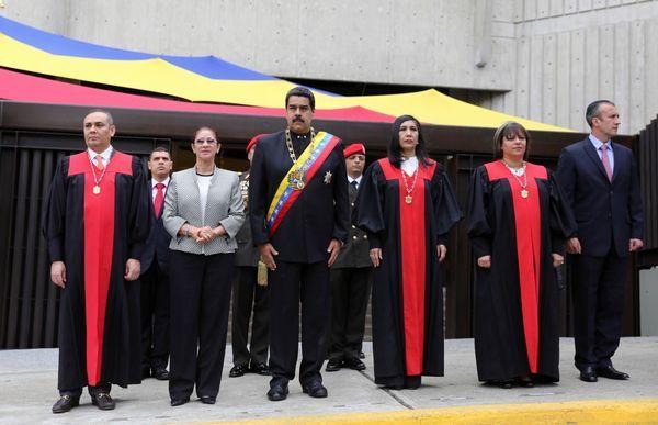 Maikel Moreno junto al presidente de Venezuela, Nicolás Maduro, y otros miembros del Tribunal Supremo Venezolano. (Reuters)