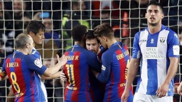 Los jugadores del FC Barcelona, Andrés Iniesta, Neymar Jr, Leo Messi y Denis Suárez, celebran el segundo gol del equipo blaugrana, durante el encuentro correspondiente a la jornada 23 de primera división frente al CD Leganés en el estadio del Camp Nou, en Barcelona (EFE)