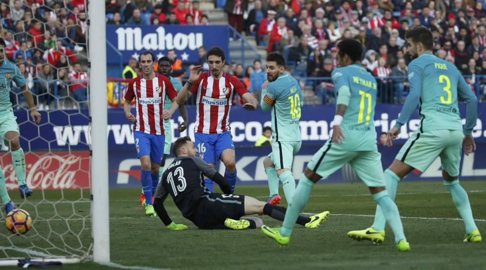 Messi bate a Oblak para firmar el triunfo del Barcelona en el Calderón.