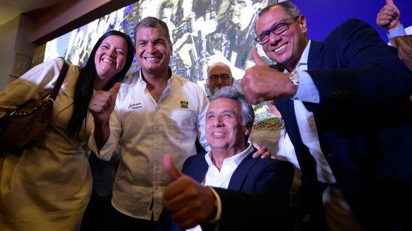 Lenín Moreno, candidato oficialista, junto al presidente ecuatoriano Rafael Correa. (AFP)