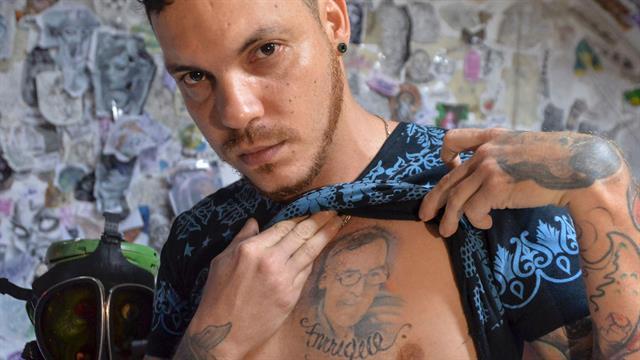 Juan José lleva a su padre tatuado en el pecho