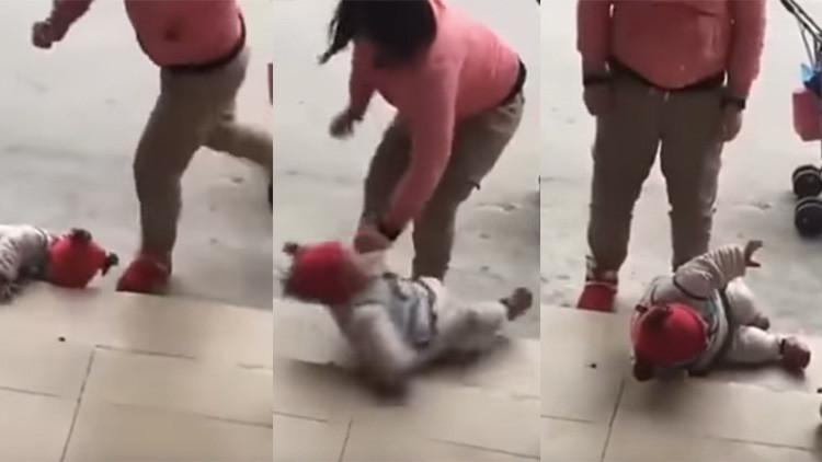 FUERTE VIDEO: Una madre pateando a su bebé por llorar genera indignación en China