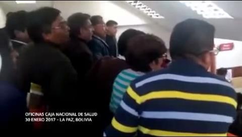 Protestas racistas contra gerente de la CNS desatan enfrentamiento en las redes sociales