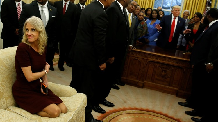 La asesora de Trump explica su postura relajada durante una recepción en la Casa Blanca