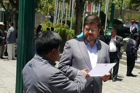 El lider opositor de Unidad Nacional (UN) Samuel Doria Medina (der) conversa con un ciudadano en plaza Murillo. Foto: La Razón