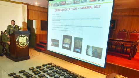 El comandante de la Policía, Abel de la Barra, informa sobre los casos que atendió la Policía Bolivia en el fin de semana y el feriado por el Carnaval 2017. Foto: APG Noticias