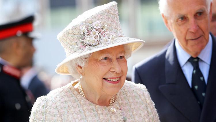 'Dios salve a la reina': Isabel II bebe cócteles todos los días