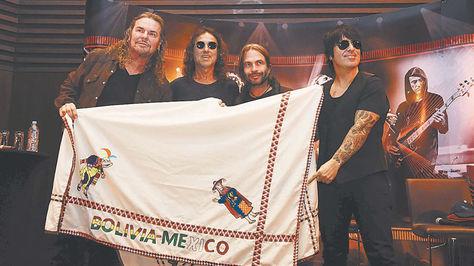 El grupo mexicano Maná sostiene una artesanía que representa a Bolivia y México.
