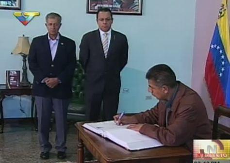 El canciller Fernando Huanacuni firma el libro de notables en el Aeropuerto Internacional Simón Bolívar de Maiquetía, Venezuela.