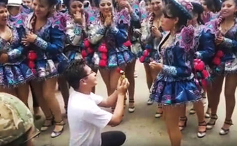 Carlos Rider Luciri durante la pedida de mano a su enamorada. Foto: Captura YouTube