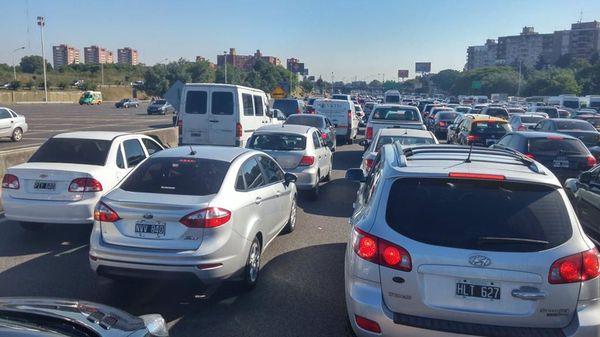 Para hacer que los conductores tarden menos, Waze, Apple Maps y otras aplicaciones GPS utilizan todas las calles, y eso implica desvíos en barrios residenciales.